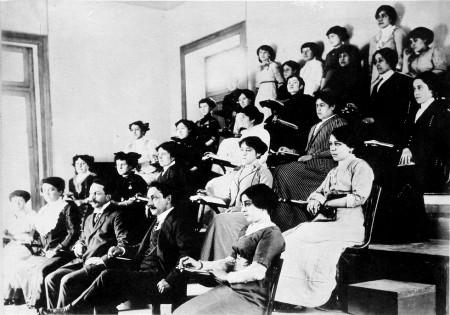 Mujeres en sala de clases de odontología
